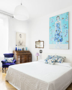 Bedroom with violet armchair and ligth blue painting in Elena Corner's house Photographer Maria Teresa