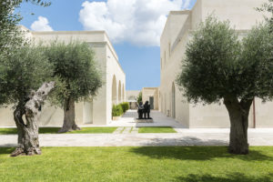 Garden with a statue and facade of La fiermontina resort in Lecce Photographer Maria Teresa Furnari